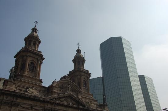Contraste entre cathédrale et building moderne