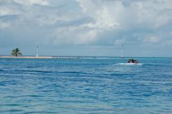 L'aquarium, à droite du motu (île)