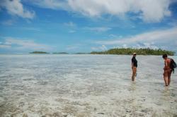 Marche dans le lagon pour aller à l'île au sable rose (au fond)